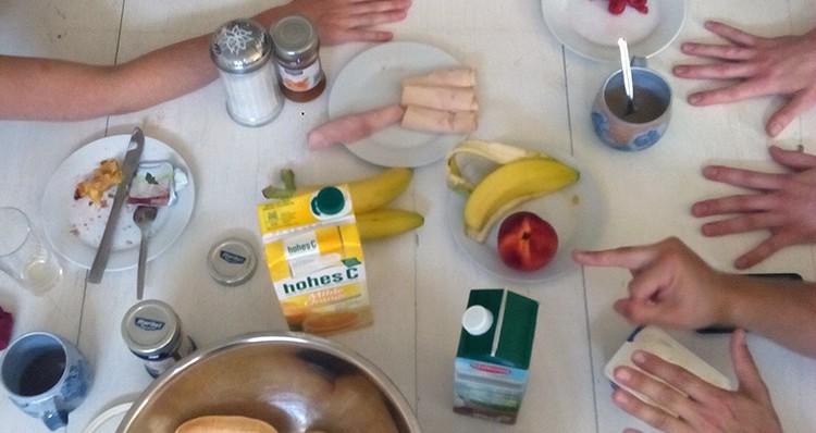 gedeckter Frühstückstisch, Hände.
